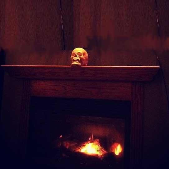 single skull dramatizes Halloween mantel